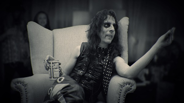 Alice Cooper, relaxing in hotel room between Academy of Music shows, NYC, Dec. 1, 1971. Photo Credit: Len DeLessio.